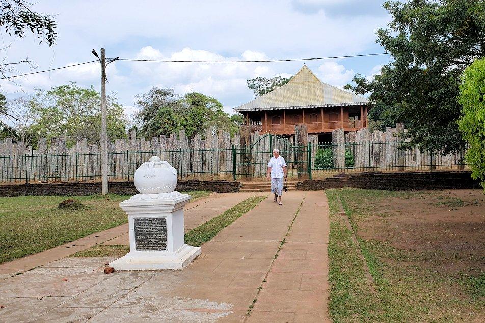 アヌラーダプラでルワンウェリ・サーヤ大塔に続く道にあった「黄銅の宮殿」(Loha Prasadaya)