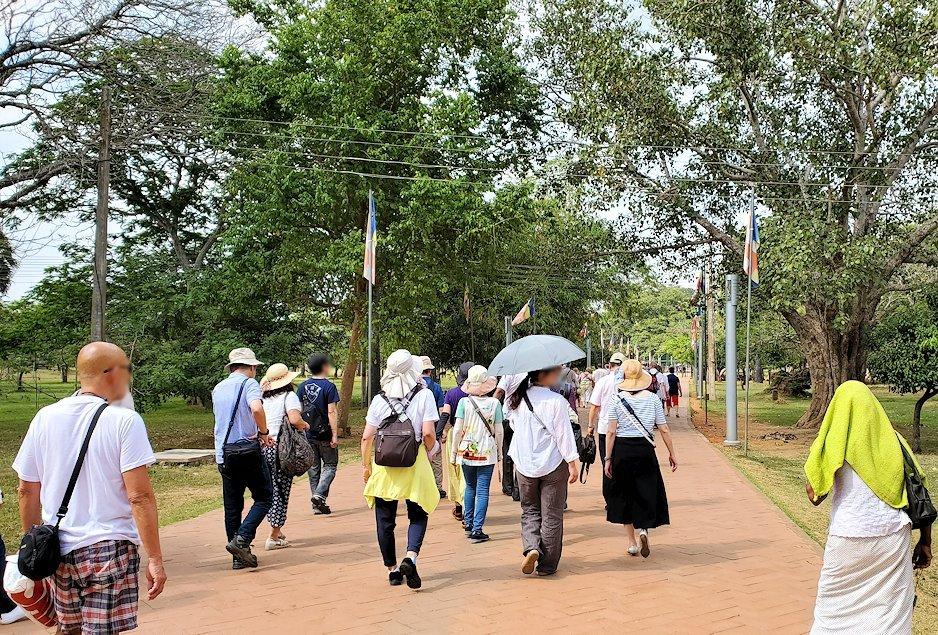 アヌラーダプラでルワンウェリ・サーヤ大塔に続く道を進む