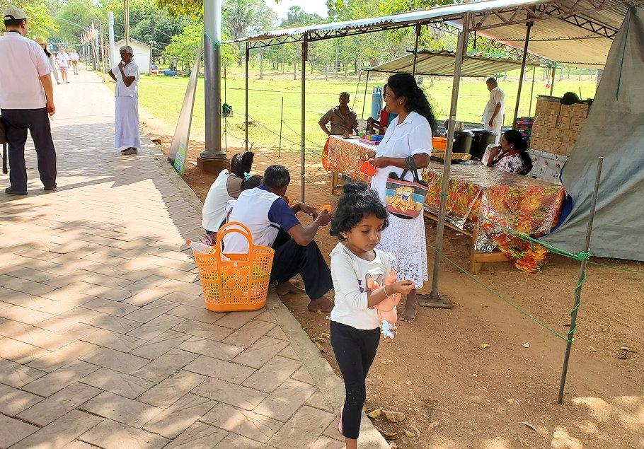 ルワンウェリ・サーヤ大塔に続く道に生えているガジュマルの木周辺にいた人達