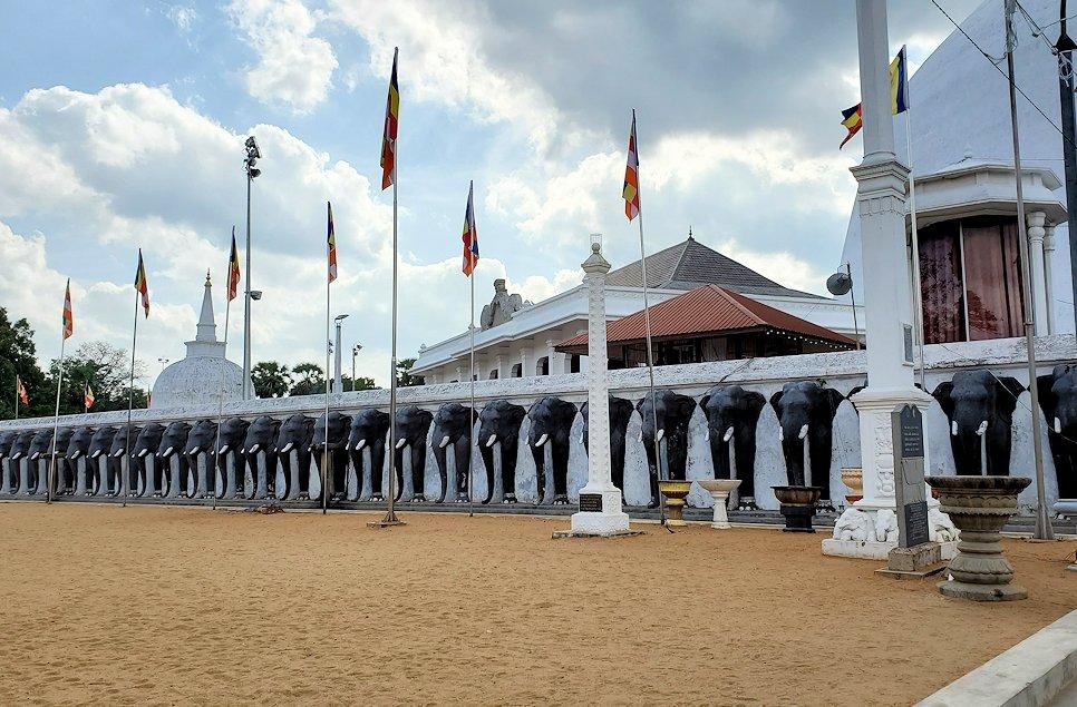 ルワンウェリ・サーヤ大塔周辺にあるゾウの壁