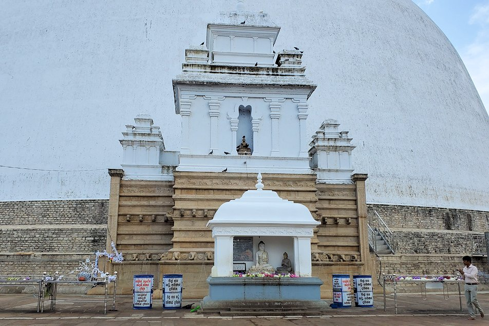 ルワンウェリ・サーヤ大塔近くで見る仏塔