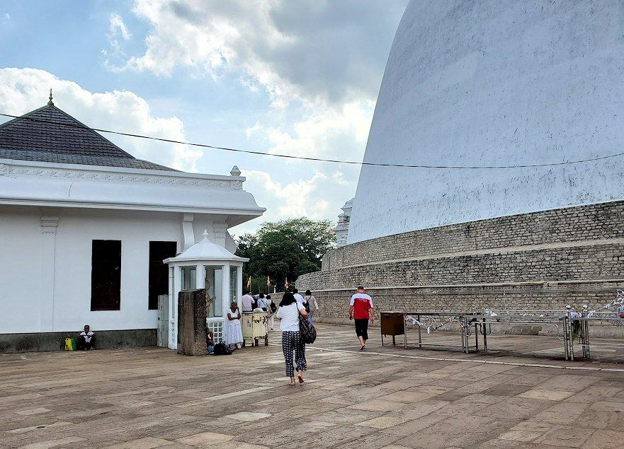 ルワンウェリ・サーヤ大塔周囲を歩く