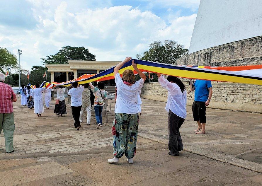 ルワンウェリ・サーヤ大塔周囲で仏旗を担いで歩く