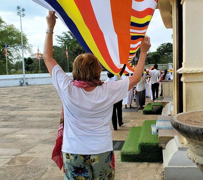 ルワンウェリ・サーヤ大塔周囲で仏旗を担いで歩く人達