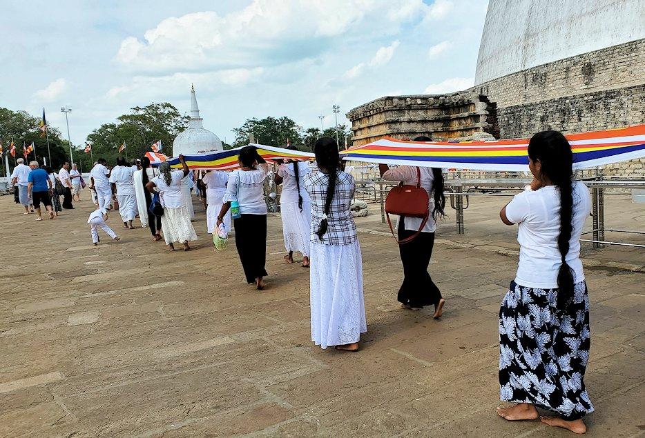 ルワンウェリ・サーヤ大塔周囲で仏旗を担いで歩く人達-2