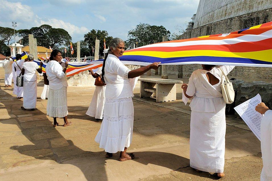 ルワンウェリ・サーヤ大塔周囲で仏旗を担いで歩く人達-3