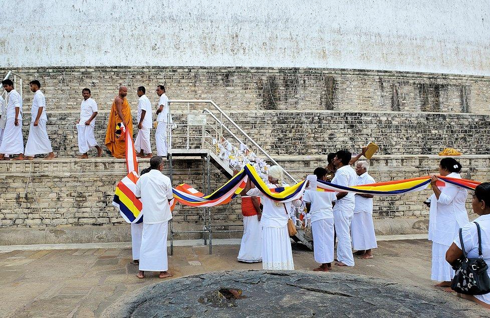 ルワンウェリ・サーヤ大塔周囲で儀式を行う人達