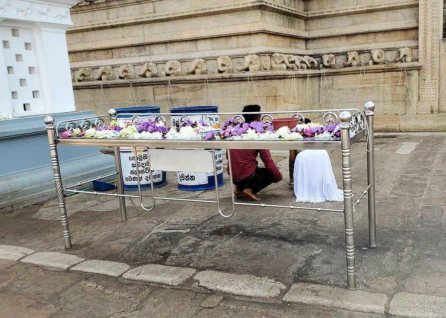 ルワンウェリ・サーヤ大塔周囲に飾られていた献花