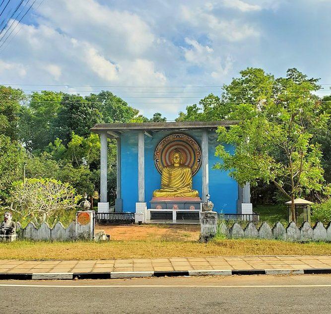 スリランカの街中で見られた仏像