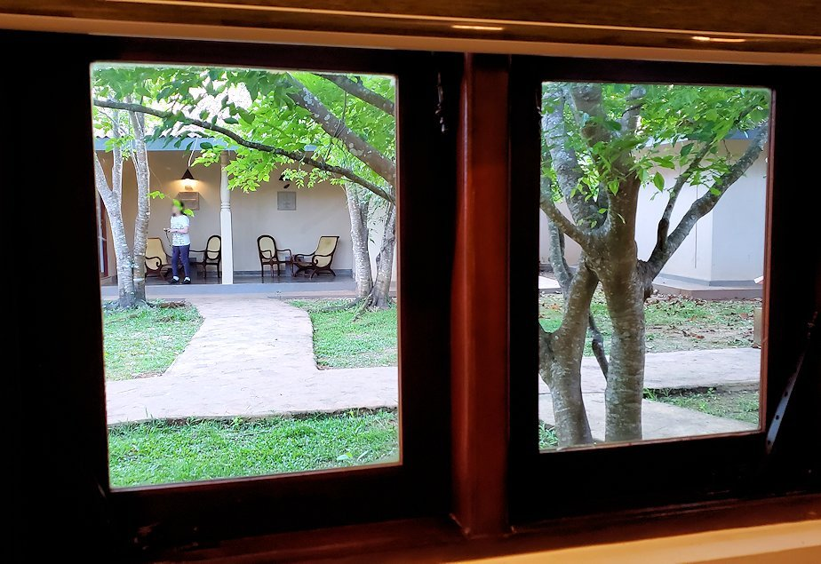 「カサッパ ライオンズ ロック」ホテルの部屋内から見える外の景色