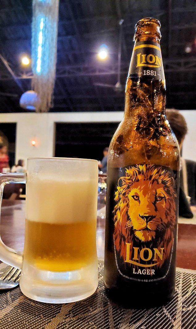 「カサッパ ライオンズ ロック」ホテルの夕食会場で飲むライオンビール