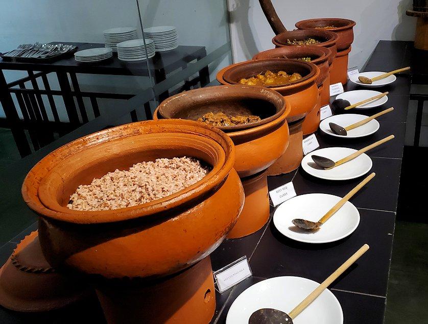 「カサッパ ライオンズ ロック」ホテルの夕食会場に置かれていたスリランカ・カレー