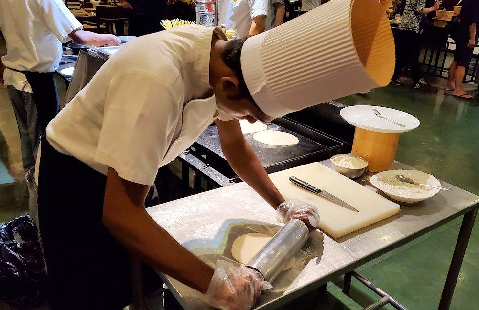 「カサッパ ライオンズ ロック」ホテルの夕食会場で料理するスタッフ