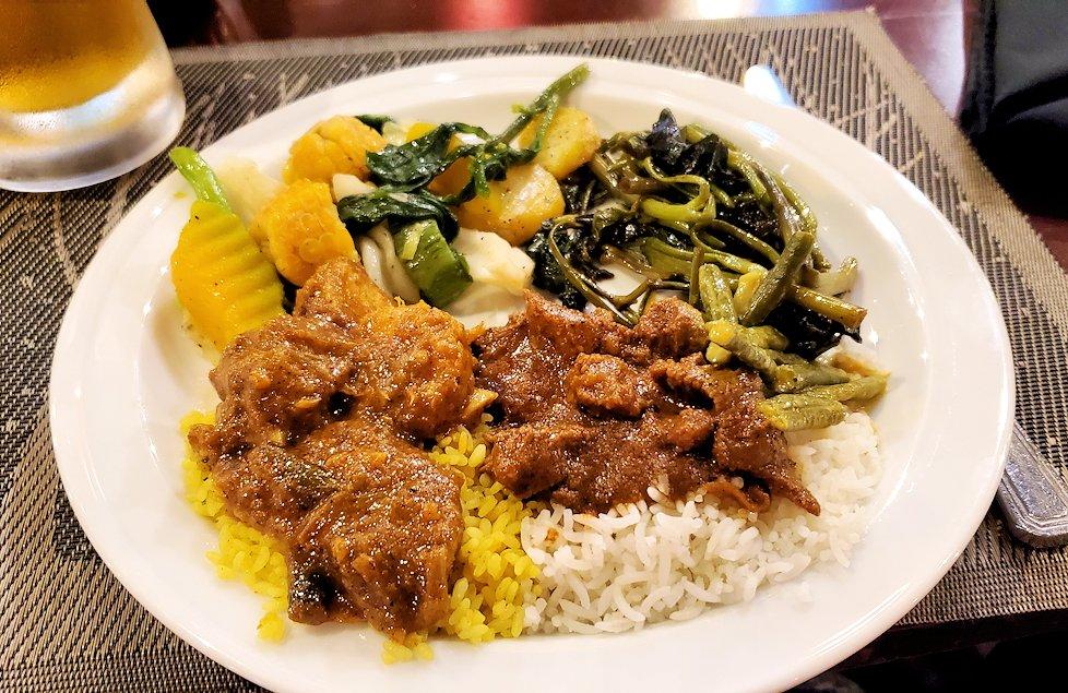「カサッパ ライオンズ ロック」ホテルの夕食会場で食べるスリランカ・カレー