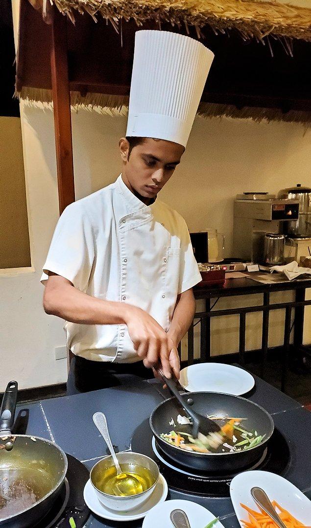 「カサッパ ライオンズ ロック」ホテルの夕食会場の野菜を調理するスタッフ