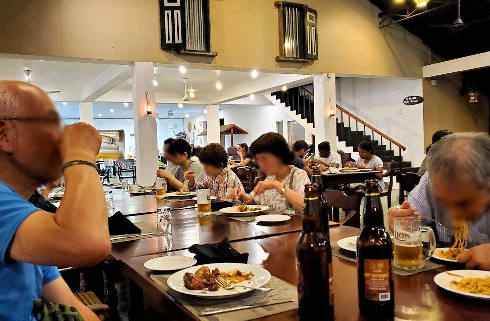 「カサッパ ライオンズ ロック」ホテルの夕食会場で食事する人達