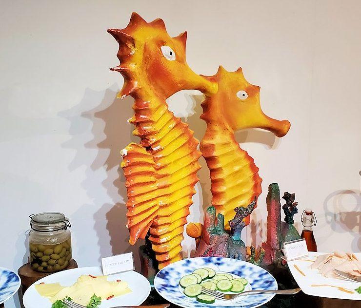 「カサッパ ライオンズ ロック」ホテルの朝食会場に置かれている、竜の落とし子の像