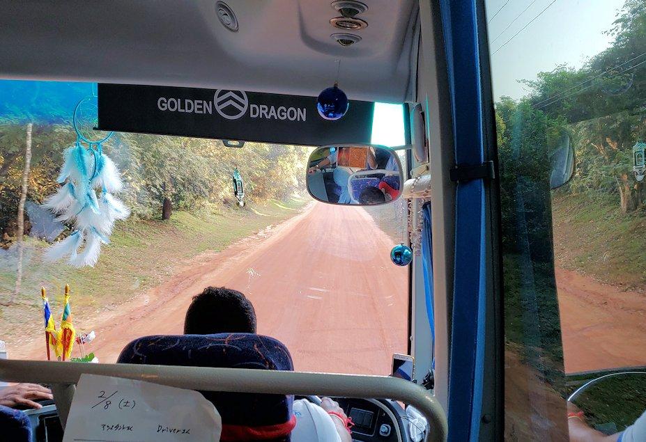 「カサッパ ライオンズ ロック」ホテルからシギリヤロックへと移動するバスからの景色