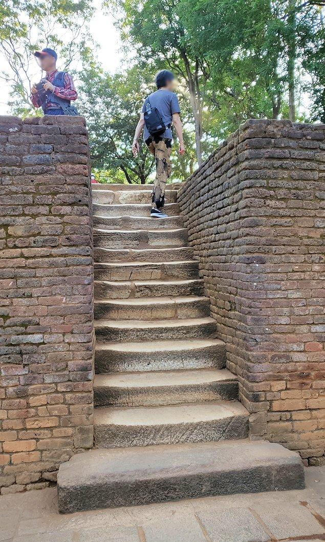 シギリヤロックの入った場所から階段を登る