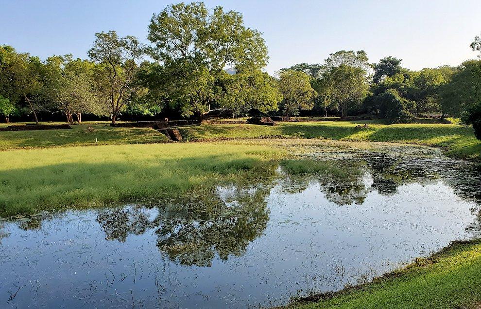 シギリヤロックの入った場所にある貯水池兼庭園-2