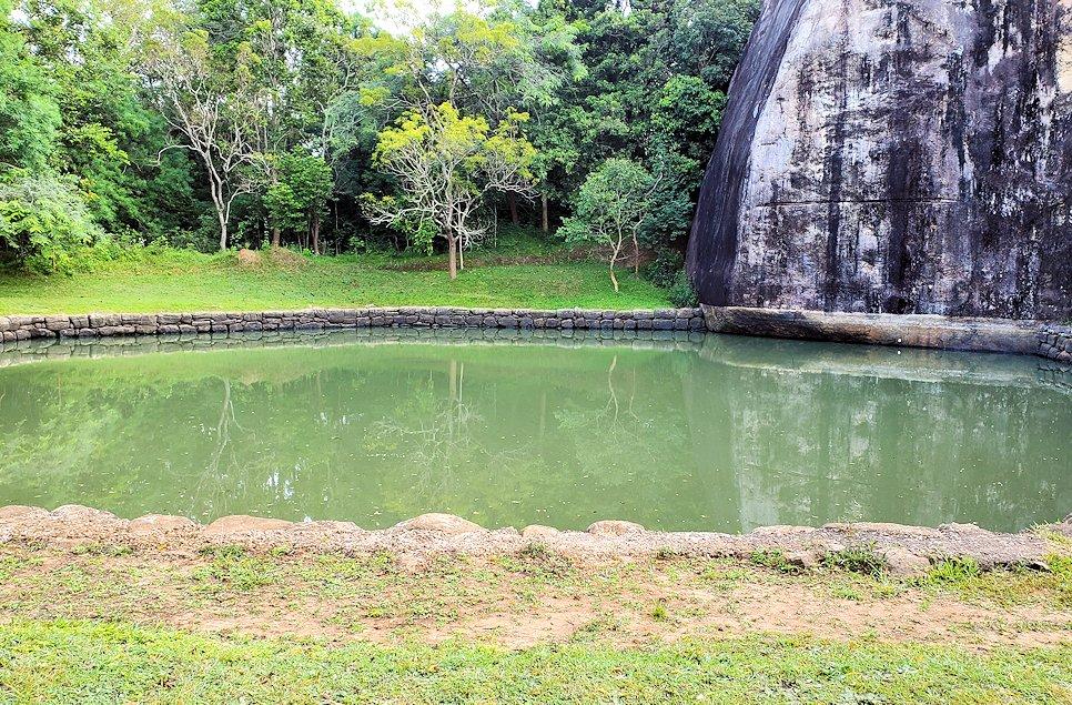 シギリヤロックへと進んて行く途中に見られる貯水池