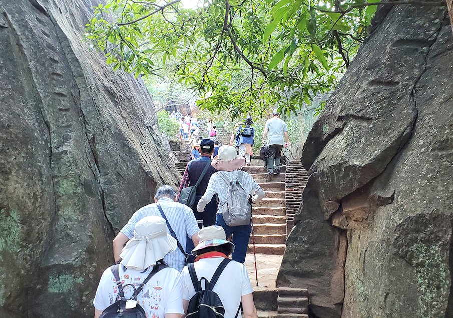 シギリヤロック手前から階段を登って行く-3