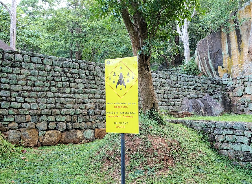 シギリヤロック手前から階段を登って行く所にある、蜂注意の看板