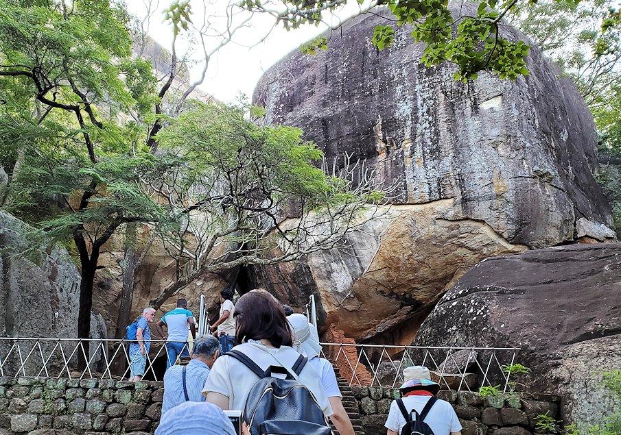 シギリヤロック手前から階段を登って行く所にある、大きな門のような巨岩