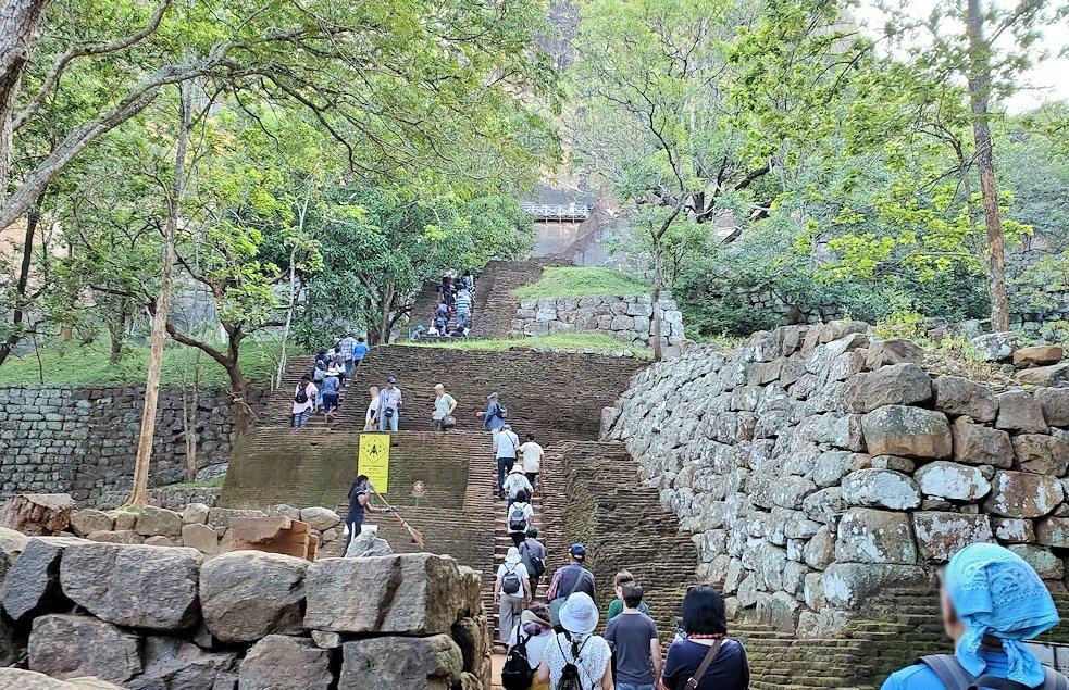 シギリヤロック手前から頂上に向かう階段を登る人達