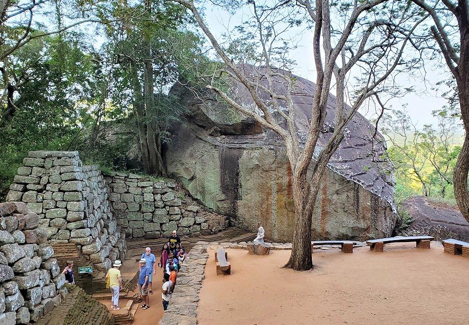 シギリヤロック手前から頂上に向かう階段を登る途中に見えた、巨大な岩