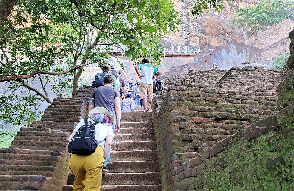 シギリヤロック手前から頂上に向かう階段を登る途中
