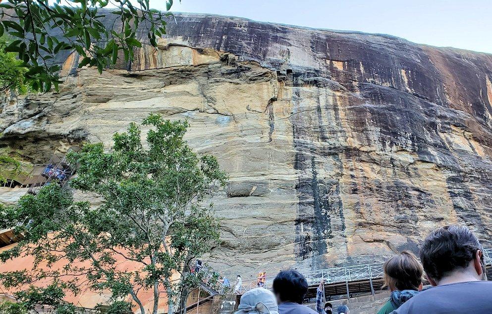 シギリヤロック手前から見上げた岩肌
