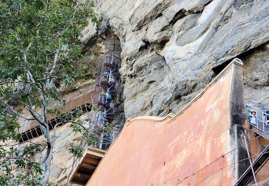 シギリヤロックでシギリヤレディーの壁画がある場所へと続く階段