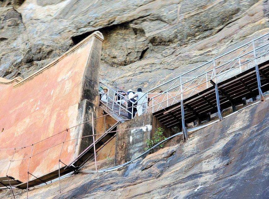 シギリヤロックでシギリヤレディーの壁画がある場所へと続く階段-2