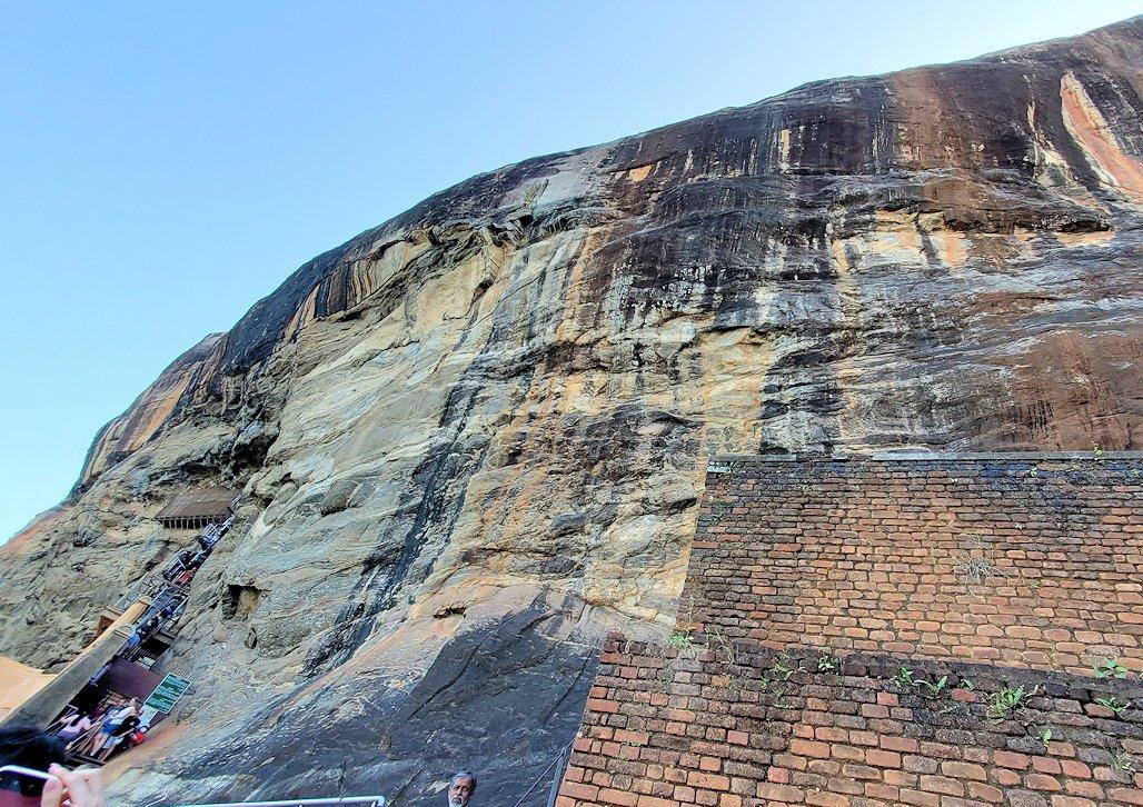 シギリヤロックに登る途中から見えた岩肌