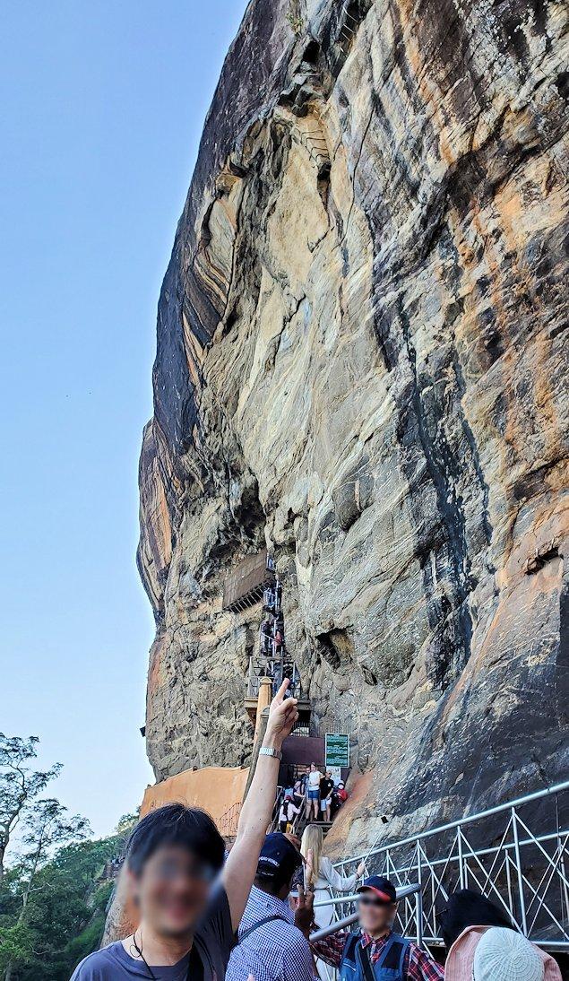 シギリヤロックに登る途中から見えた岩肌-2