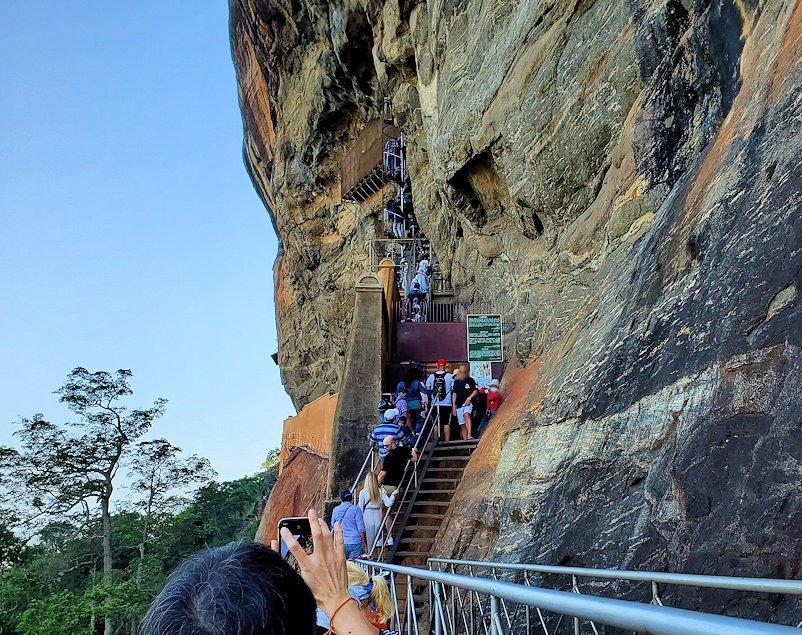 シギリヤロックに登る途中にあるシギリヤレディーの間に進む