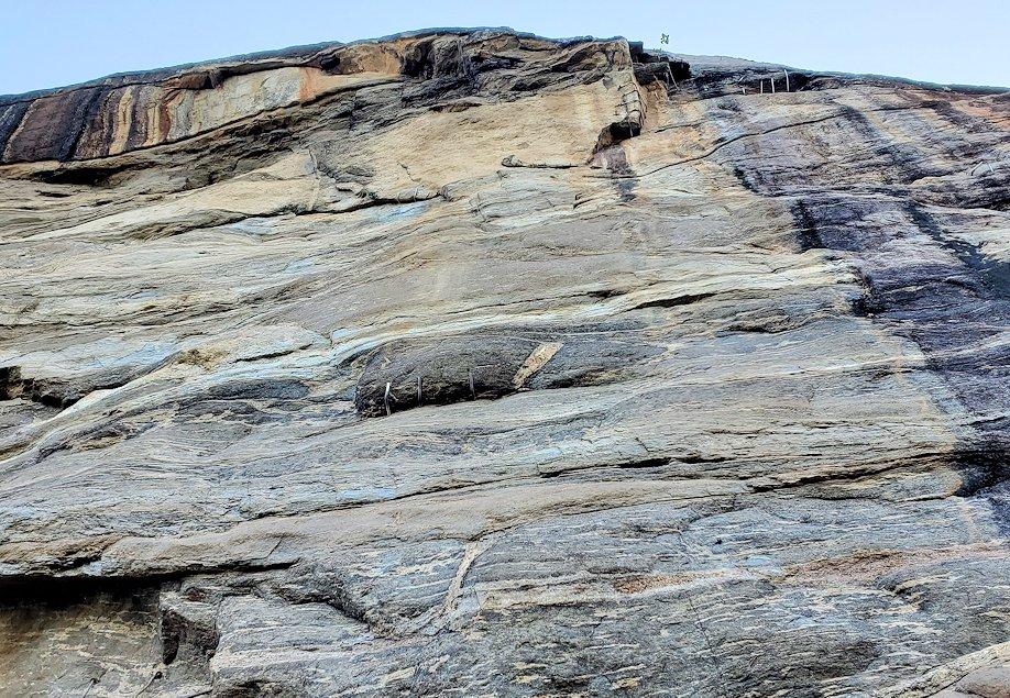 シギリヤロックに登る途中に見上げた岩肌の様子