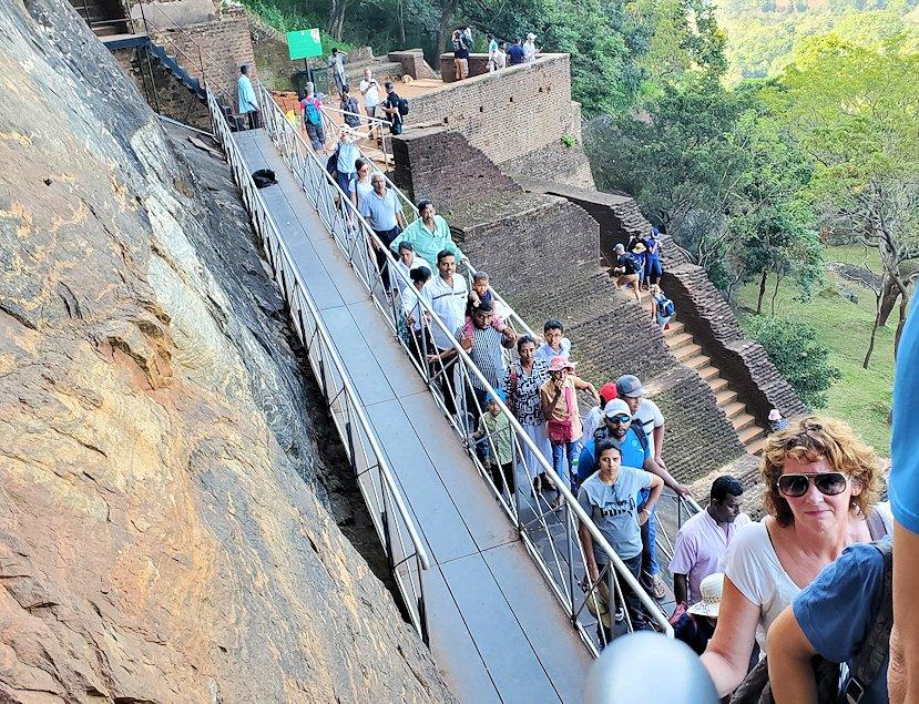 シギリヤロックに登る途中にあるシギリヤレディーの間に進む入口に並ぶ人達