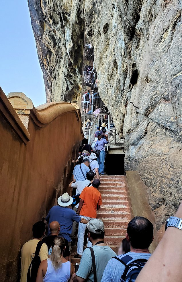 シギリヤロックに登る途中にあるシギリヤレディーの間に進む入口に並ぶ人達-2