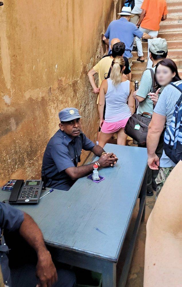 シギリヤロックに登る途中にあるシギリヤレディーの間に進む入口にいる監視員