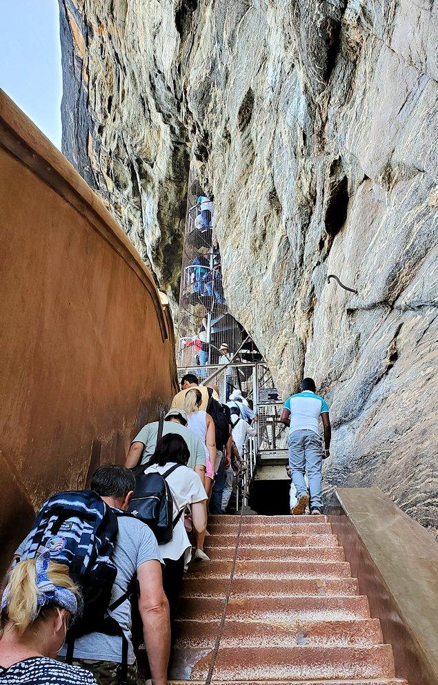 シギリヤロックに登る途中にあるシギリヤレディーの間に進む入口に並ぶ人達-3