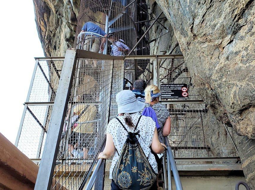 シギリヤロックに登る途中にあるシギリヤレディーの間に進む階段を登る