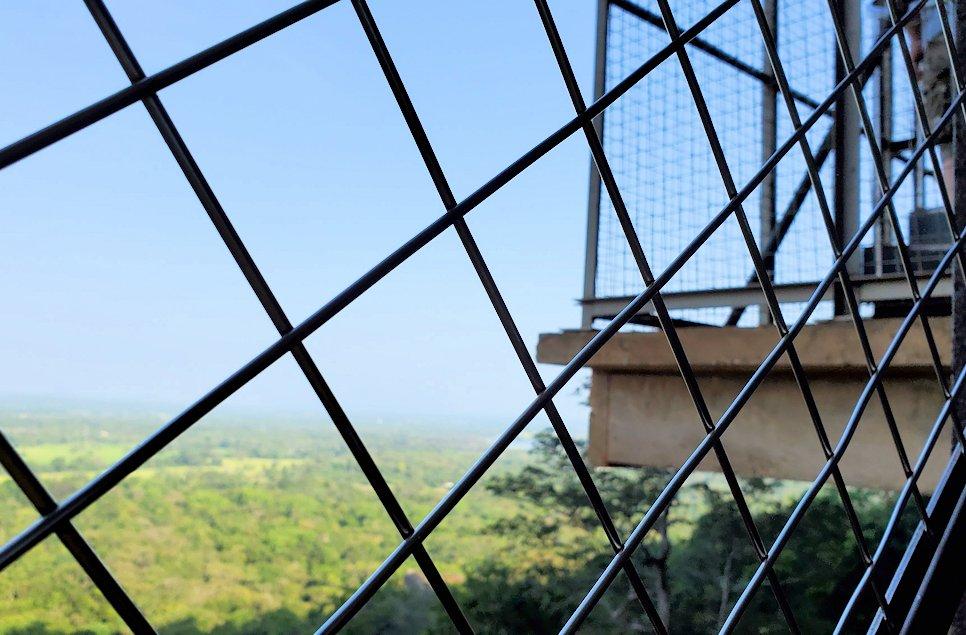 シギリヤロックに登る途中にあるシギリヤレディーの間に進む階段からの景色