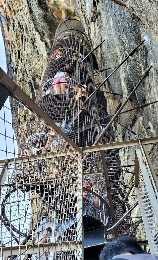 シギリヤロックに登る途中にあるシギリヤレディーの間に進む階段を登る-4