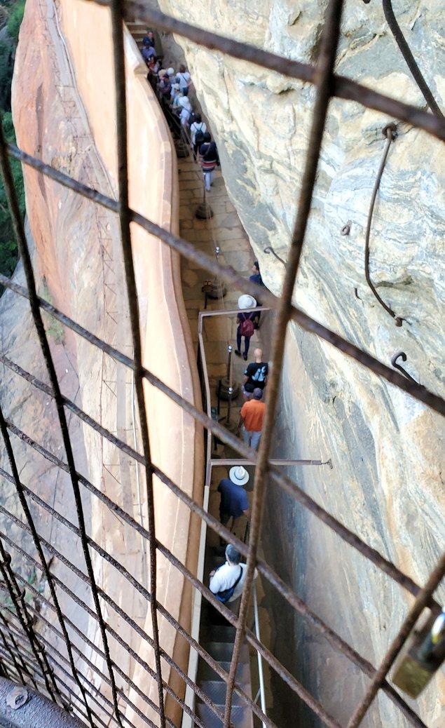 シギリヤロックに登る途中にあるシギリヤレディーの間に進む階段から下を眺める