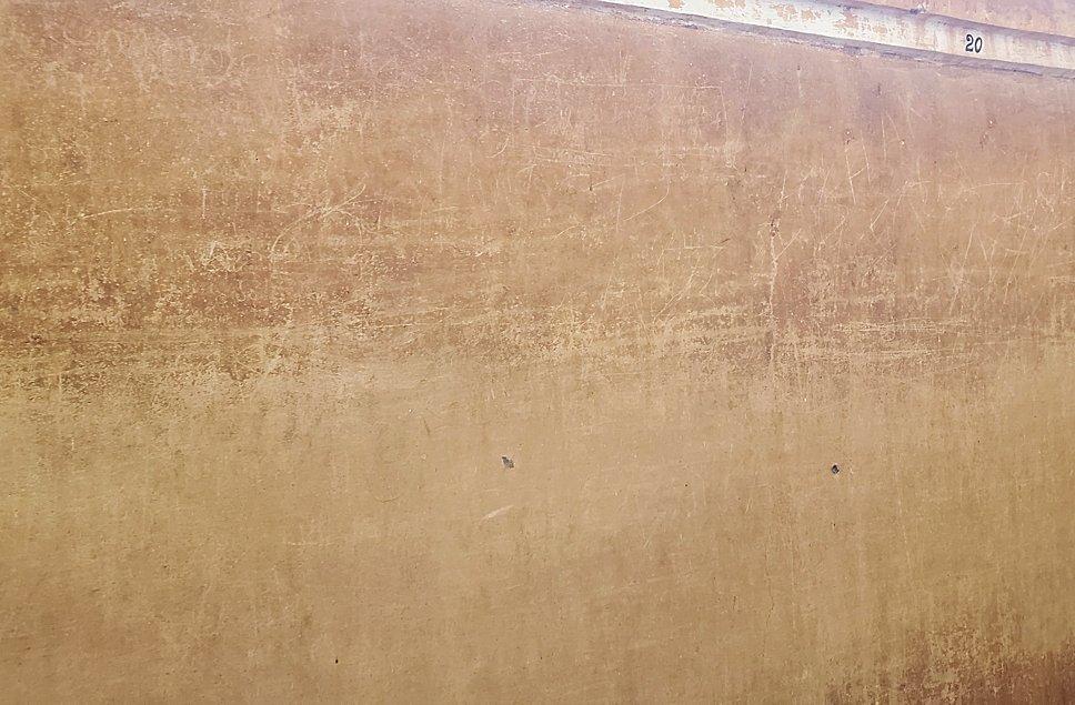 シギリヤロックのミラーウォールには落書きが沢山されている