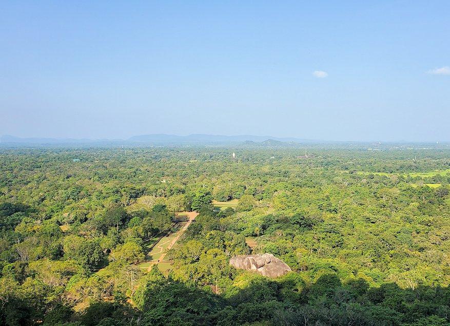 シギリヤロックを登る途中に見えた、周辺の景色