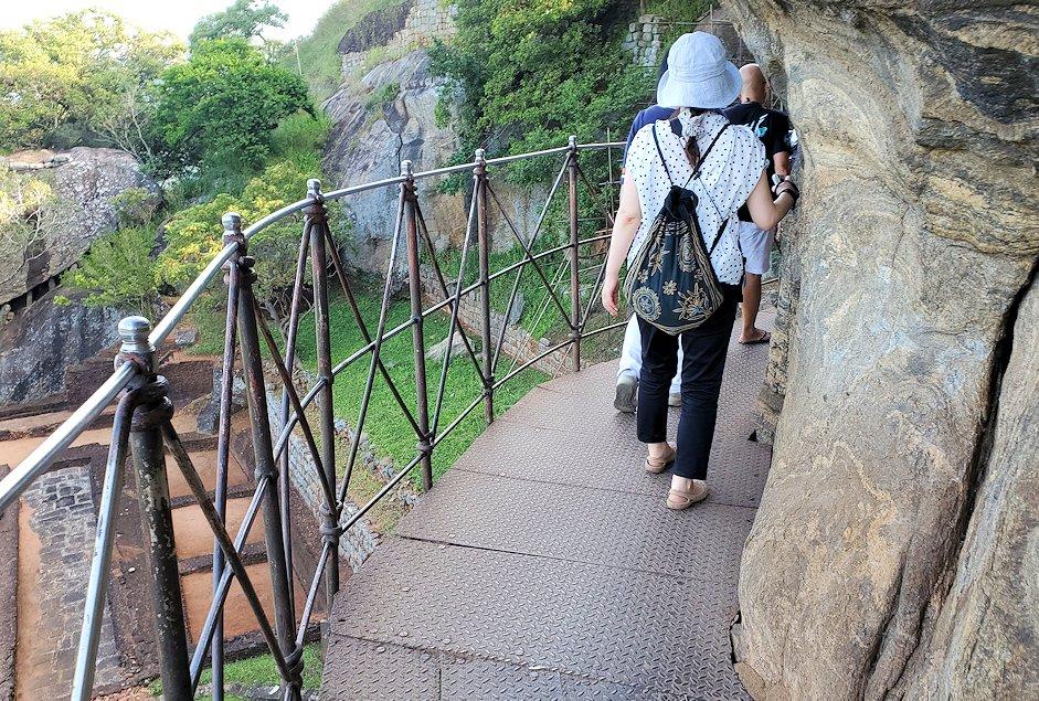 シギリヤロックを登る途中に設置されている通路を進む