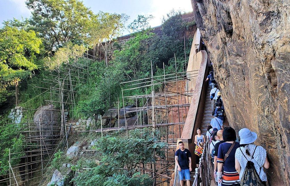 シギリヤロックの頂上に向かう階段をひたすらに進む